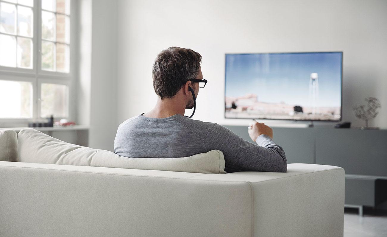 hombre-escuchando-tele-HUMANTECHNIK