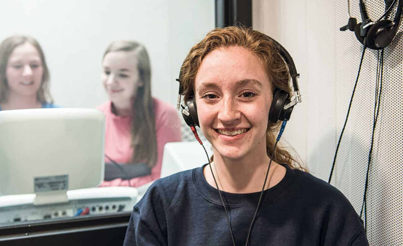 chicas-cabina-audiologia